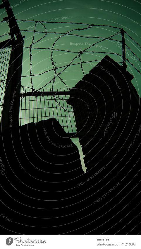 Welcome to my backyard Himmel grün dunkel Mauer Angst Sicherheit gefährlich Ende bedrohlich London Zaun Panik England brechen Dieb Hinterhof