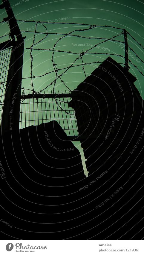 Welcome to my backyard London Großbritannien England Himmel Ende Hinterhof Seitenstraße Gasse Stacheldraht Zaun Sicherheit dunkel Abend Nacht brechen Dieb grün