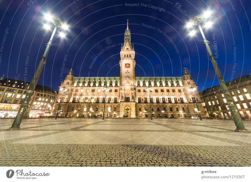 Hamburger Rathaus Stadt Hafenstadt Stadtzentrum Menschenleer Bauwerk Gebäude Architektur Sehenswürdigkeit groß hell Farbfoto Außenaufnahme Dämmerung