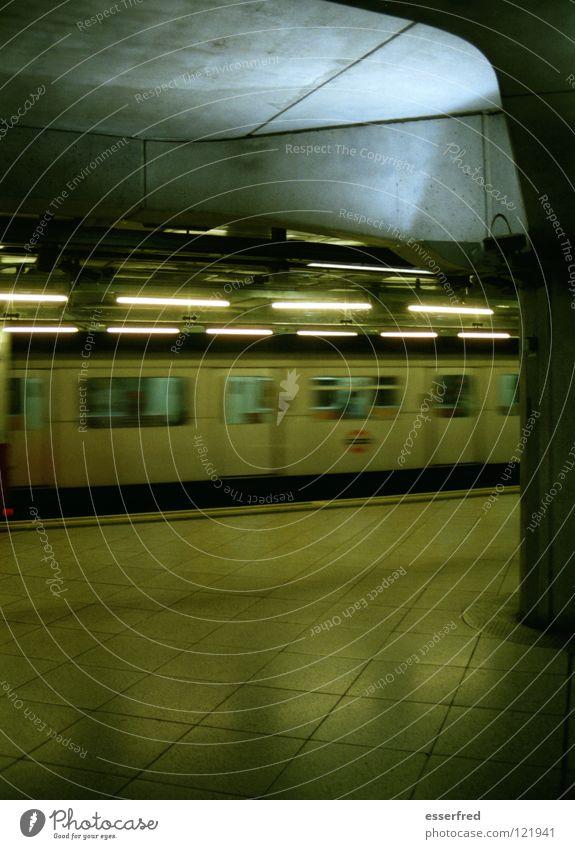 transit theater kalt Beleuchtung leer Beton Eisenbahn Fliesen u. Kacheln Mobilität Säule U-Bahn Bahnhof Station Neonlicht unterirdisch Abfahrt