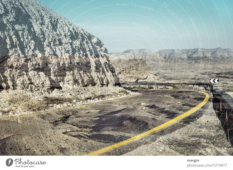 Wüstenstraße irreal Ferien & Urlaub & Reisen blau Sommer Ferne Berge u. Gebirge gelb Straße Wege & Pfade Freiheit braun Sand Felsen Tourismus Erde Ausflug