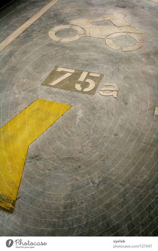 Bodenbeleg Asphalt Teer Beton Bodenplatten Streifen gelb weiß grau Typographie Ziffern & Zahlen 75 Motorrad Ikon Parkhaus parken Garage Parkplatz Platz KFZ