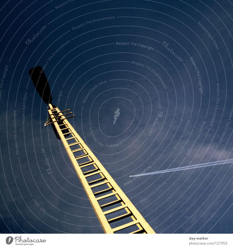 Flug mit Hindernissen Natur Himmel Leiter Flugzeug Luftverkehr Gleise Zeichen Laterne Strommast Baugerüst streben Signal Straßennamenschild Kondensstreifen