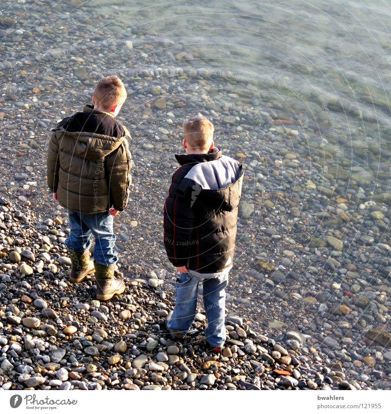 am Wasser blau Winter Strand Spielen grau Stein See Küste Wellen