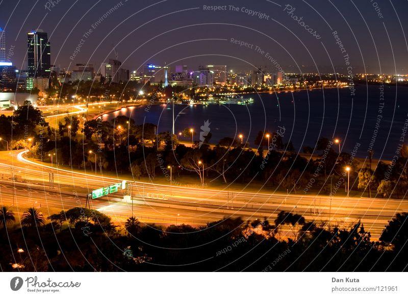 Perth @ night #5 Wasser blau Freude Ferne Lampe Freiheit träumen Wärme nass groß Hochhaus hoch Fröhlichkeit Macht Bankgebäude Niveau
