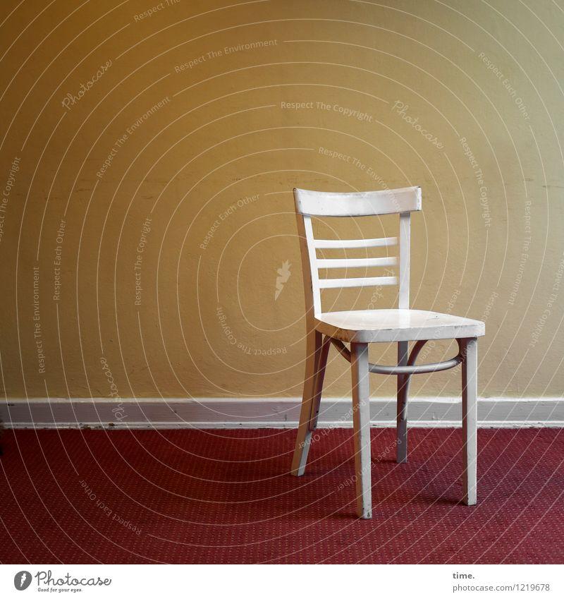 white chair weiß Einsamkeit ruhig Wand Innenarchitektur Zeit Wohnung Raum Design Häusliches Leben Ordnung stehen Perspektive ästhetisch einfach Stuhl