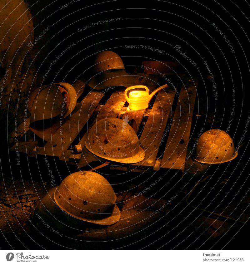 Helm auf gelb dunkel Holz Stimmung braun dreckig Deutschland Schutz Arbeiter Quadrat Verfall Stillleben Surrealismus Bauarbeiter gießen