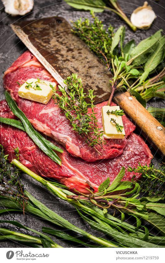 Rindersteak roh mit frischen Kräutern und Fleischmesser Gesunde Ernährung Leben Stil Hintergrundbild Foodfotografie Lebensmittel Design Tisch retro