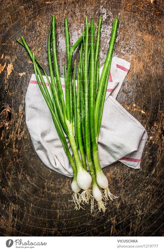Frühlingszwiebel auf rustikalem Holztisch Natur Gesunde Ernährung Leben Stil Essen Foodfotografie Garten Lebensmittel Design frisch Tisch