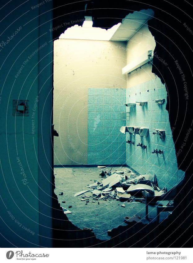 yesterday Demontage Zerreißen Zerstörung zerstören Explosion Vandalismus Wut Aggression Bad Renovieren Waschbecken Scherbe Spiegel fließen Tür eintreten