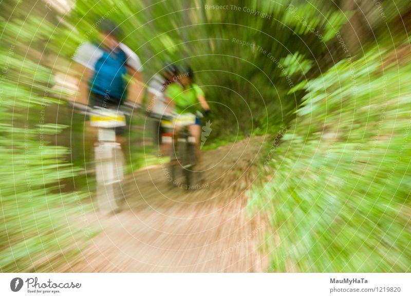 Radfahrer fahren Freude Erholung Freizeit & Hobby Abenteuer Sommer Berge u. Gebirge Fahrradfahren Mann Erwachsene Baum Hügel Felsen Wege & Pfade Fitness Reiter