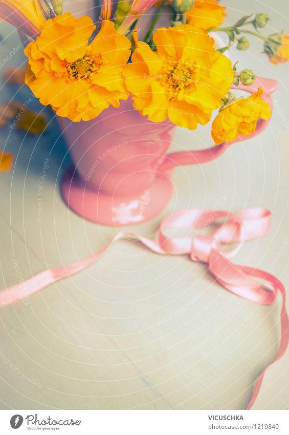 Gelbe Gartenblumen in der Tasse mit Schleife Natur Pflanze Sommer Blume Blatt Haus gelb Leben Liebe Blüte Gefühle Innenarchitektur Stil Garten rosa Design