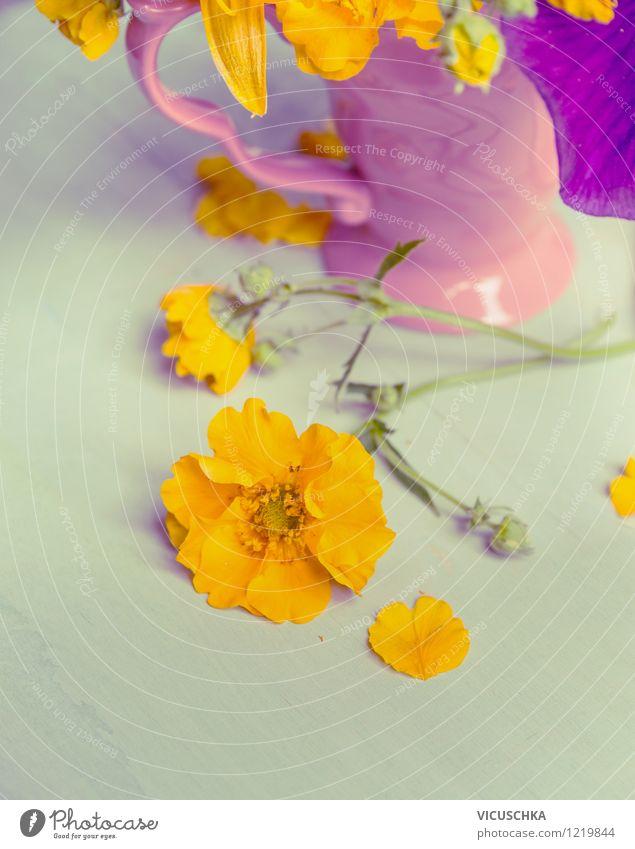 Stilleben - gelbe Gartenblumen und rosa Tasse Natur Sommer Blume Blatt Haus gelb Leben Blüte Innenarchitektur Stil Garten Lifestyle rosa Design Dekoration & Verzierung Tisch