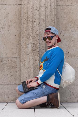 Ich weiß nicht, was soll es bedeuten Mensch Jugendliche Junger Mann Freude 18-30 Jahre Erwachsene Wand Leben Stil Mauer Lifestyle Kreativität Studium