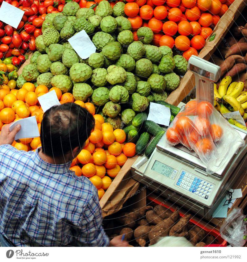 Darfs's ein bisschen mehr sein? Mann grün rot gelb orange Gesundheit Frucht Gemüse Dienstleistungsgewerbe Hemd Markt verkaufen Portugal Stapel Bioprodukte kariert
