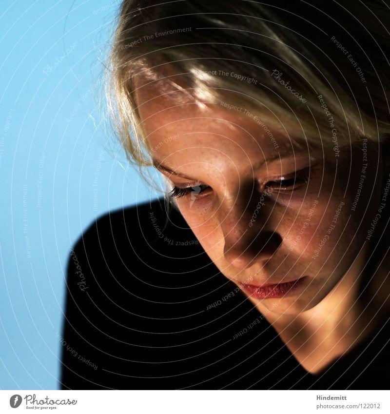 Leah [3; die Denkende] schön Freundlichkeit süß dunkel schwarz türkis Wand Pullover Lippen durcheinander Haarsträhne Scheitel wellig Licht blond Augenbraue