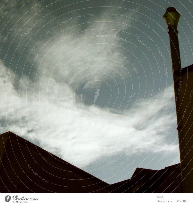 Fernweh nach Südost Himmel Ferien & Urlaub & Reisen Wolken Gebäude Wind Horizont verrückt Dach Turm diagonal Schornstein Hinterhof wehen Sandverwehung verweht