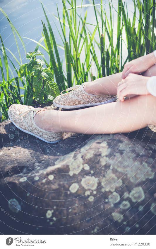 Sonnige Pause. Mensch Natur Ferien & Urlaub & Reisen Jugendliche Sommer Junge Frau Erholung ruhig 18-30 Jahre Erwachsene Umwelt Wärme feminin Gesundheit Beine