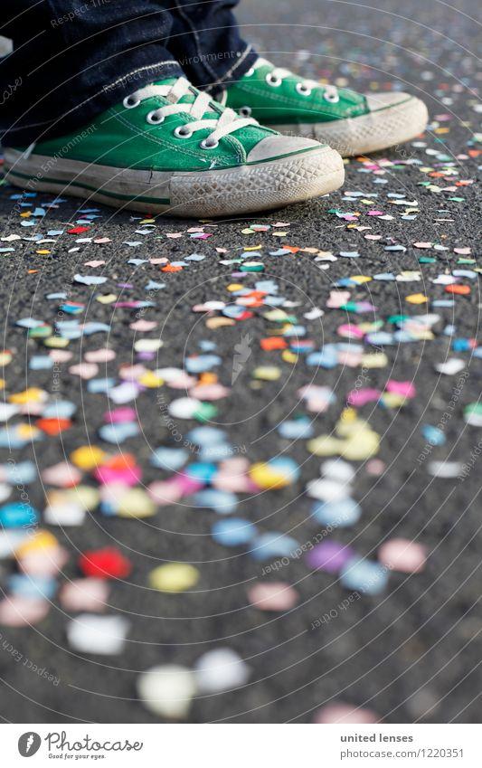 AK# Grünschuh III Kunst ästhetisch Zufriedenheit Schuhe Konfetti Karneval viele mehrfarbig Jugendkultur stehen warten Farbfoto Gedeckte Farben Außenaufnahme