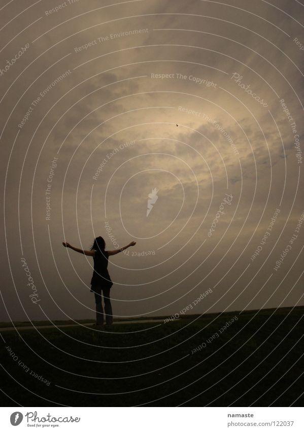? Frau Mensch Himmel Meer Freude Wolken Gefühle Freiheit lachen Landschaft warten frei Hoffnung Trauer Insel Wunsch