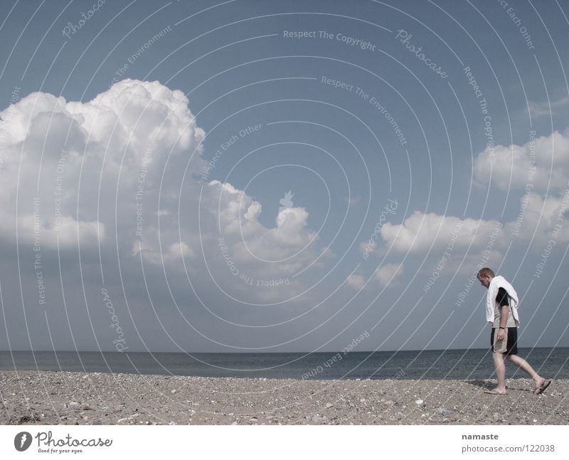 strandläufer Mensch Mann Wasser Meer Strand Wolken Einsamkeit Konzentration Badehose Badetuch