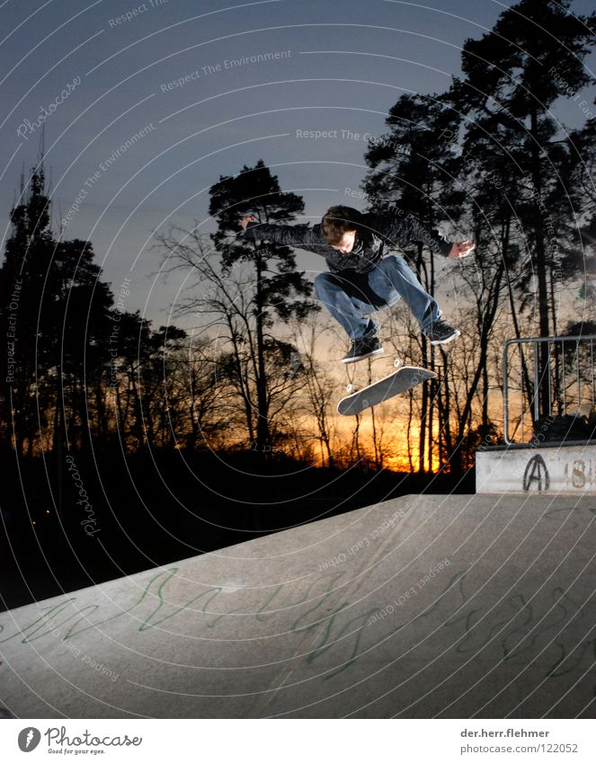 Kickflip Skateboard Sportpark Speyer Sonnenuntergang Licht Beton Baum Jacke Spielen Schatten rail Jeanshose Achse Parkdeck