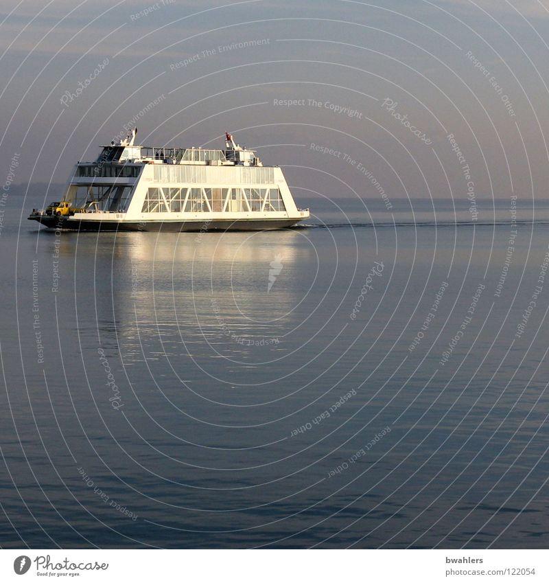 Abendstille Wasserfahrzeug Fähre See grau ruhig Wellen Wasseroberfläche fahren Schifffahrt Bodensee blau Sonne Spiegelung Himmel