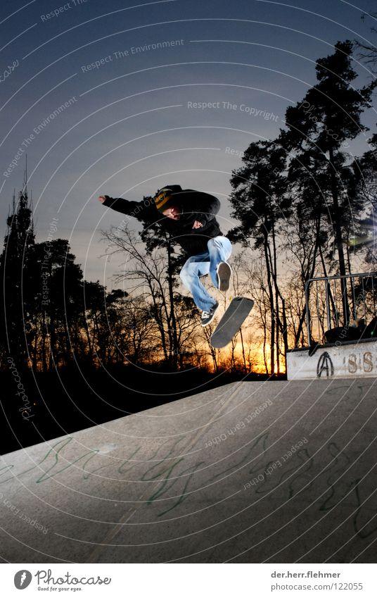 heelflip Heelflip Skateboarding Beton Licht Sonnenuntergang Sportpark Speyer Mütze Griptape Spielen Schatten Jeansjacke Achse Parkdeck