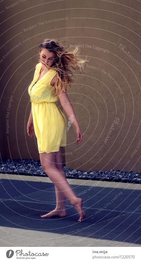 _ Mensch Jugendliche schön Junge Frau 18-30 Jahre Erwachsene gelb Leben feminin Haare & Frisuren Mode Wind authentisch blond ästhetisch Bekleidung