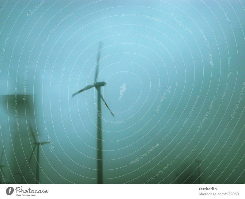 Wind Windkraftanlage Sturm Energiewirtschaft regenerativ Elektrizität Hochspannungsleitung Propeller Unwetter Tiefdruckgebiet Geschwindigkeit Industrie Himmel