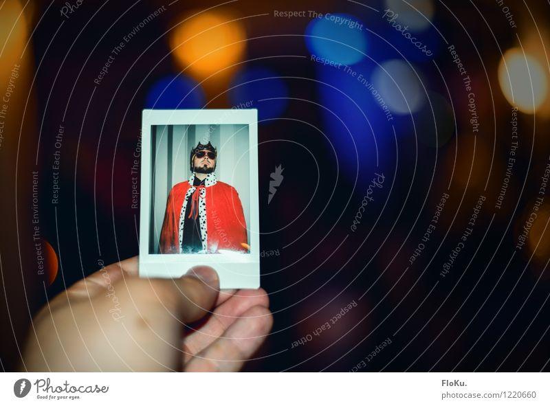 Lang lebe der König *400* Mensch Jugendliche alt blau rot Junger Mann 18-30 Jahre Erwachsene lustig Feste & Feiern Party maskulin orange Fotografie retro festhalten