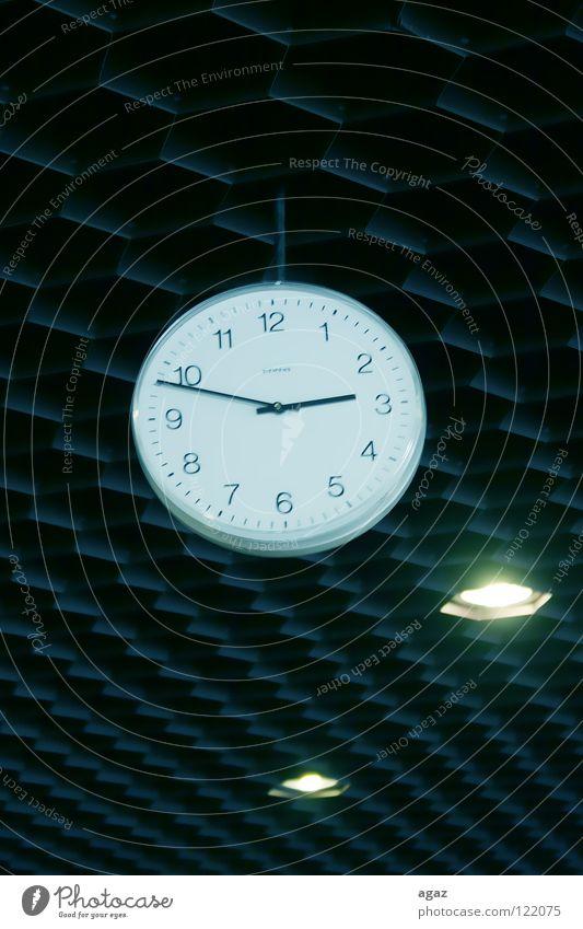 Uhr weiß Zeit Lampe oben groß Vergänglichkeit rund zeigen hängen Decke Gottesdienst