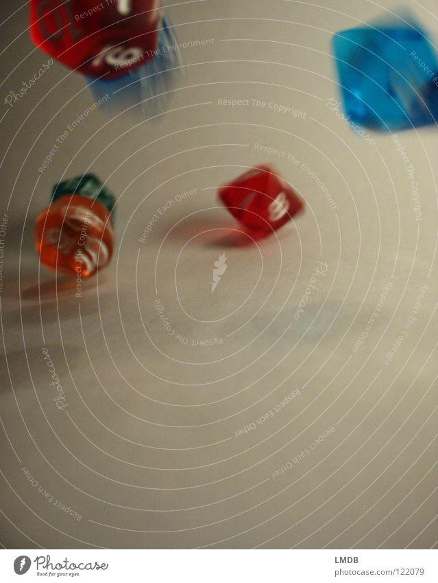 Die Würfel fallen immer noch 2 mehrfarbig durchsichtig weiß Ziffern & Zahlen 3 4 5 6 gelb rot rosa grün türkis Zufall rechnen würfeln Spielen Unschärfe