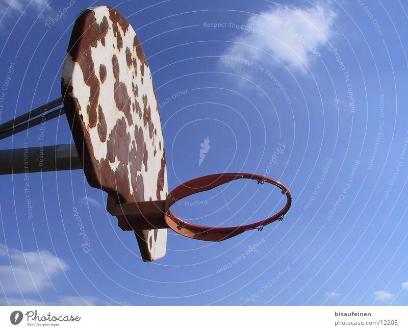 Above the rim Himmel Wolken Sport Rost Korb Basketball Abdeckung Basketballkorb Kondensstreifen