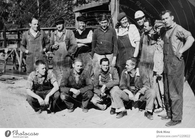 Gruppenfoto in der Malocher-Mittagspause Mensch Mann alt Erwachsene Business Menschengruppe Arbeit & Erwerbstätigkeit maskulin authentisch Baustelle Handwerk