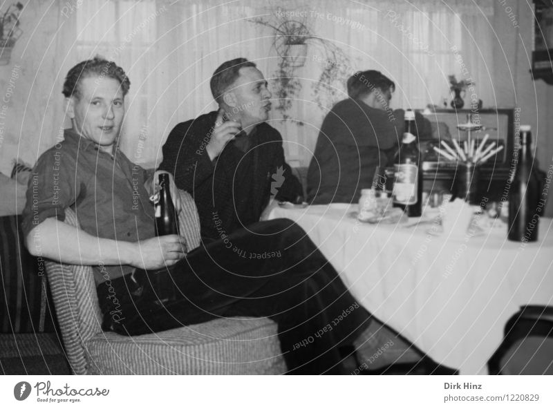 Schlechtwetter Handwerker Mensch maskulin Mann Erwachsene 3 Menschengruppe 18-30 Jahre Jugendliche 30-45 Jahre alt historisch Nostalgie Feste & Feiern trinken