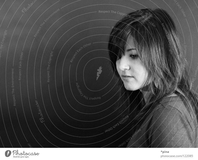 monochrom Frau Porträt Gefühle Denken Gedanke Trauer schön Schwarzweißfoto Gesicht nachdenken Traurigkeit Blick gesenkter Blick