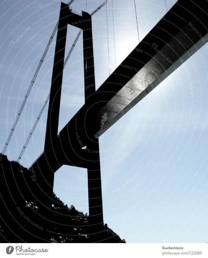 Anthony Kiedis unter einer Brücke Norwegen Skandinavien Stavanger Lysefjord Gegenlicht Brückenpfeiler Säule Schifffahrt Fluss Bach brücke von unten Schatten