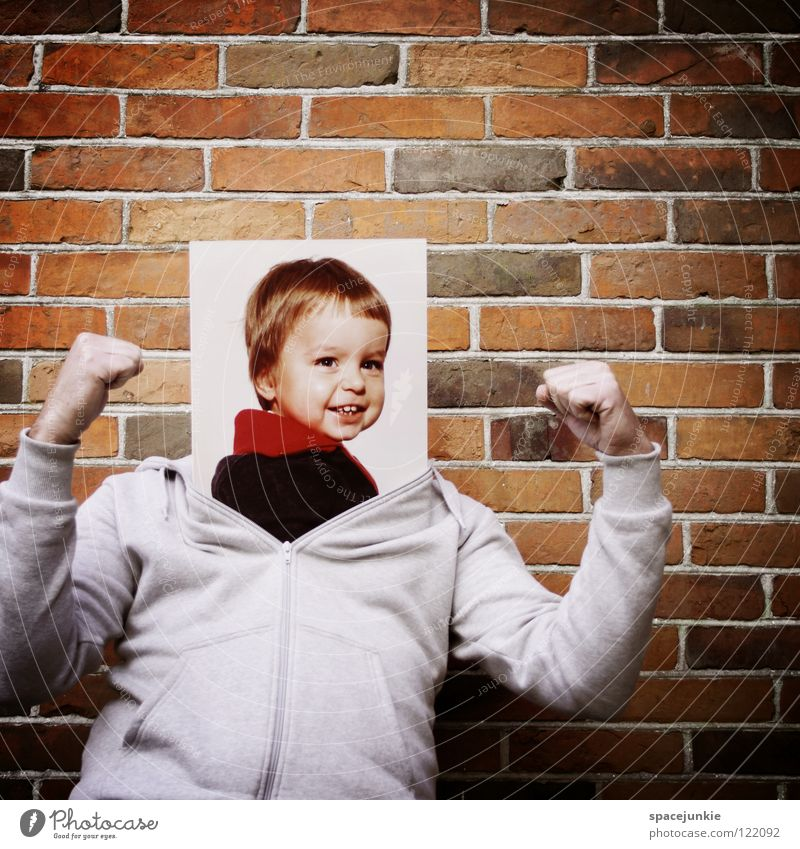 Kind sein Mann Porträt Wand toben Spielen Faust Konzentration kindlich Kleinkind ausrutschen skurril lustig Spielplatz niedlich süß Freude lachen grinsen frech