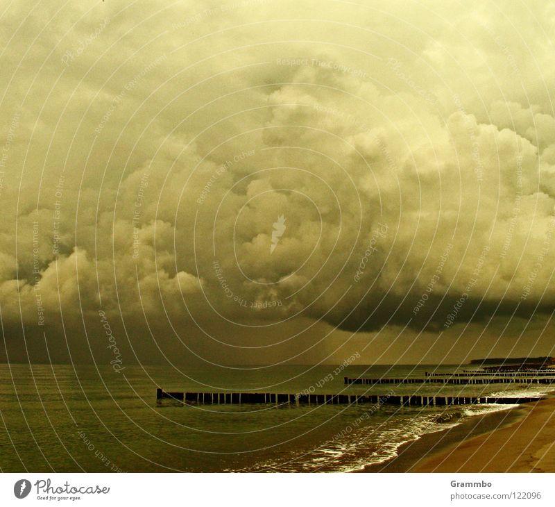 Bad Day Kumulus Wolken Buhne Küste Strand trüb Gewitterwolken dunkel Trauer Ferien & Urlaub & Reisen Meer Regen Schweißwetter