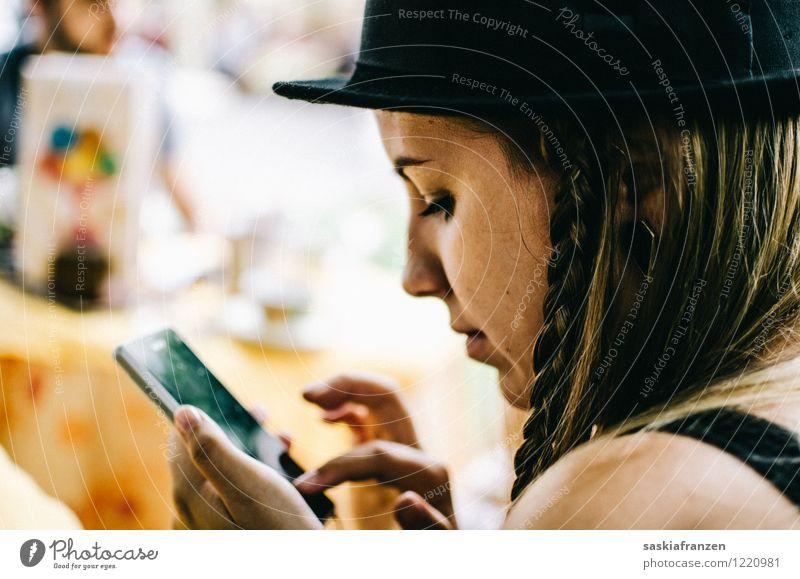 New generation. Mensch Frau Jugendliche Junge Frau Erwachsene feminin Lifestyle Spielen Mode Kopf Freizeit & Hobby modern Kommunizieren Technik & Technologie Telekommunikation Telefon