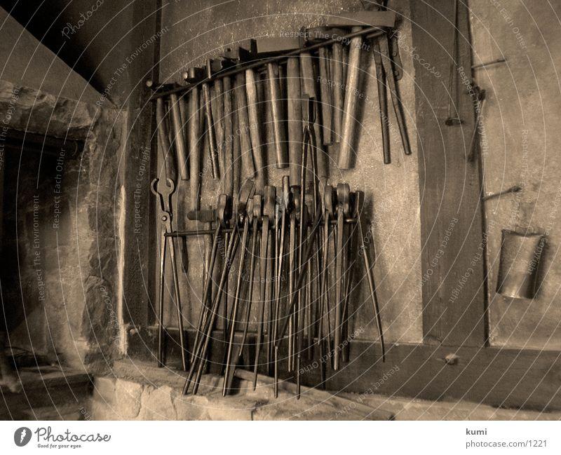 Olle Schmiede alt Werkstatt Vergangenheit historisch Werkzeug Museum Sepia