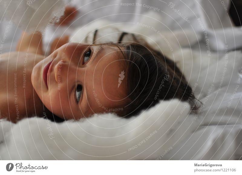 smilling kleiner Engel Lifestyle Freude Mensch Kind Mädchen Körper Kopf 1 3-8 Jahre Kindheit Gefühle Fröhlichkeit Liebe schön Farbfoto Studioaufnahme