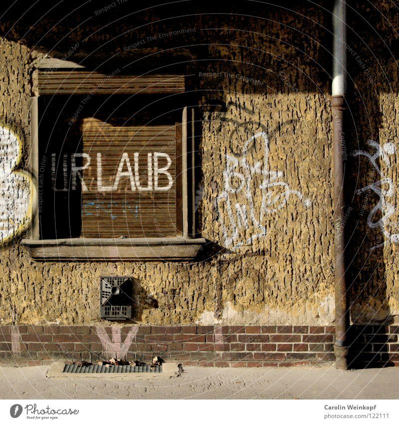 Alltagssehnsüchte II Einsamkeit Fenster Berlin Graffiti Mauer braun dreckig Fassade Beton trist Sehnsucht verfallen Pfeil Backstein Bürgersteig Unbewohnt