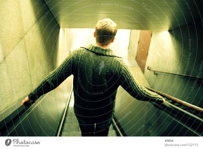 mann Mann grün Verkehr Treppe blond Deutschland München Stadt Stress rennen Tunnel Rolltreppe Blick nach unten fahren festhalten dunkel Kontrast Schatten