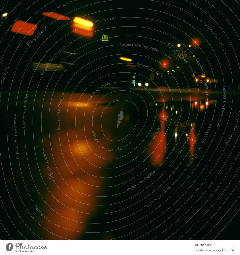 Nacht im Speckgürtel 2 nass Asphalt Bremslicht Ampel Halt stoppen Nachtfahrt Fahrer Pause tanken Tankstelle Pfütze Einsamkeit Alkoholisiert Verkehrswege Gefühle