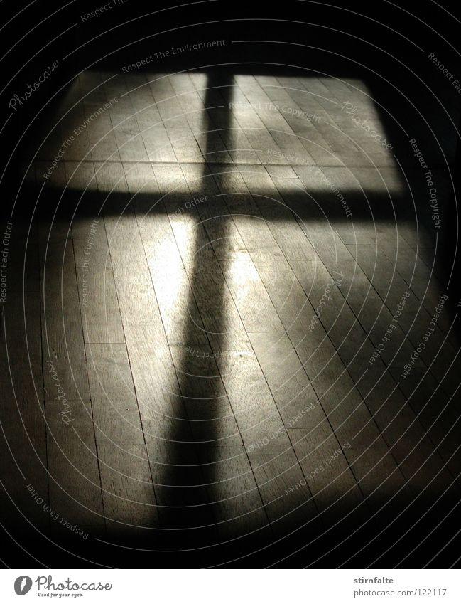 Kreuz Fensterkreuz Schatten Licht dunkel Holzfußboden Religion & Glaube Christliches Kreuz Bodenbelag Christentum Flüssigkeit Volksglaube Dämmerung Denken ruhig
