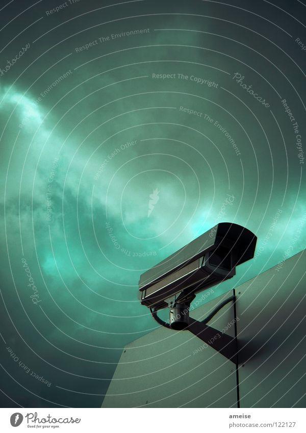 Big Brother is watching you! Himmel Wolken dunkel Metall Angst gefährlich bedrohlich Fotokamera Gewalt Dienstleistungsgewerbe Gewitter Panik Überwachung Terror Überwachungsstaat Überwachungskamera