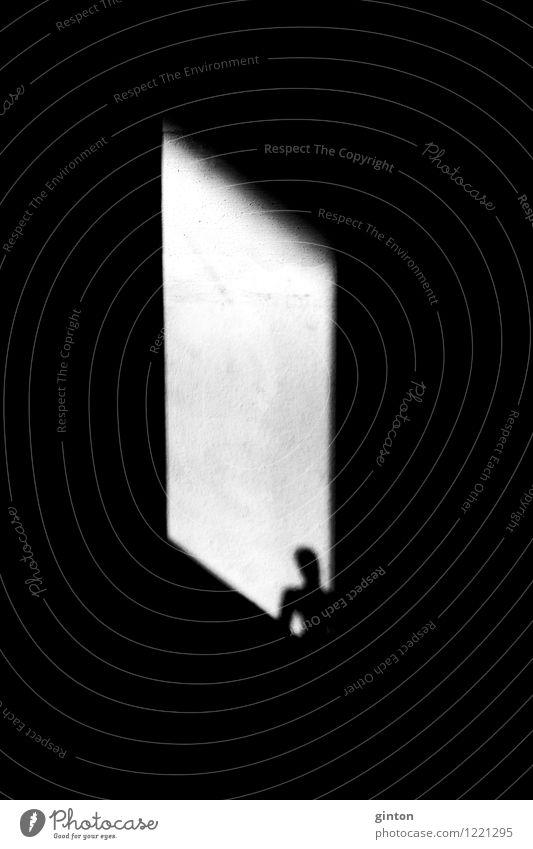 Silhouette im Fenster Mensch Körper Kopf Stein Beton beobachten stehen dunkel eckig schwarz weiß Gefühle Einsamkeit Grafik u. Illustration Lichteinfall