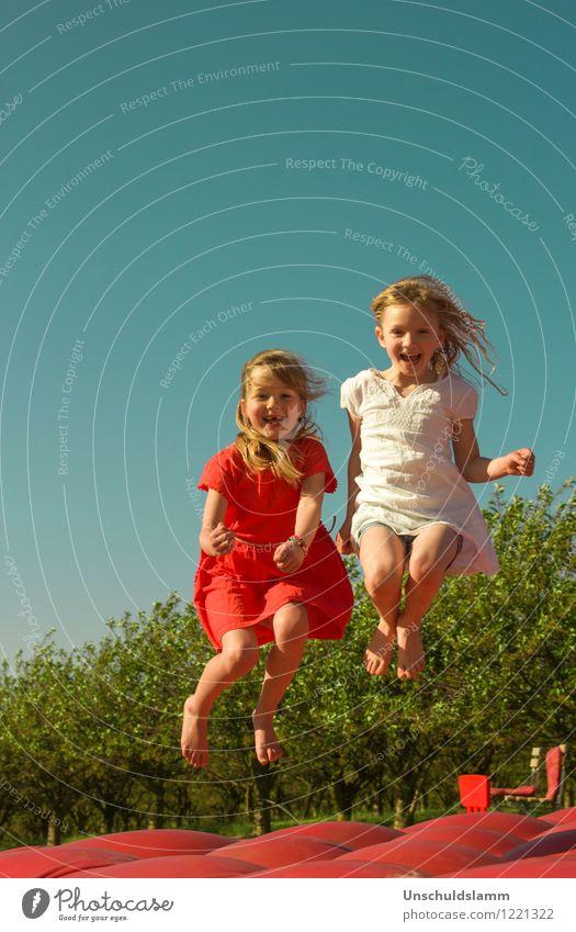 FC Fröhlich Rot Weiß Mensch Kind blau Farbe weiß rot Freude Mädchen Leben Gefühle Spielen Glück lachen Freundschaft springen Freizeit & Hobby